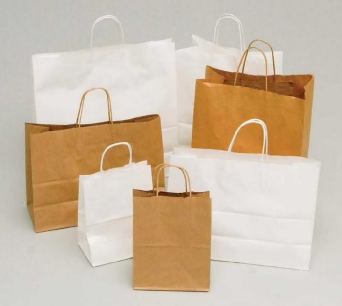 На фотографии несколько пакетов из простой и отбеленной крафт-бумаги