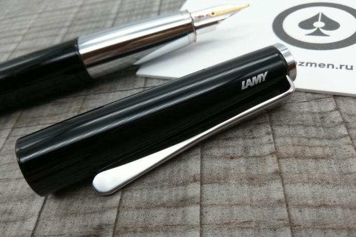 Крупным планом колпачок ручки LAMY Studio Piano Black с клипом, похожим на лопасть винта самолёта.