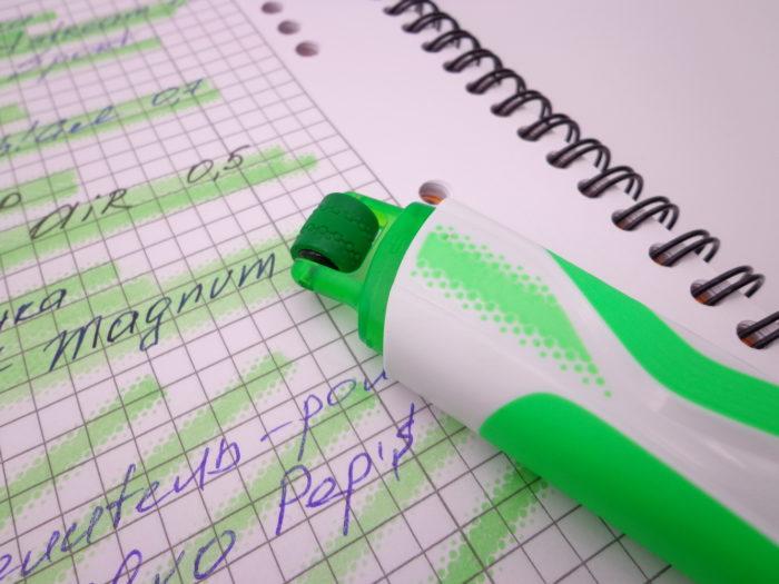 Текстовыделитель Maped Fluo Pep's крупным планом и кусочек выделенных им записей
