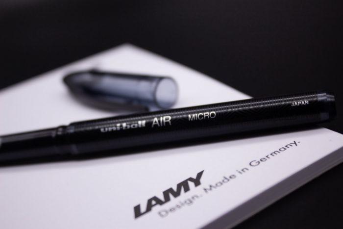 Корпус ручки Uni-ball Air с узорами крупным планом