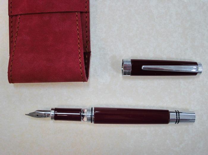 отрытая перьевая ручка TWSBI Classic и красный кожаный чехол